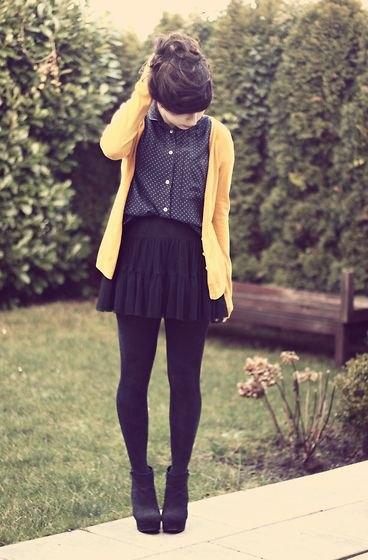 Kofta med svart prickig skjorta med mini veckad kjol