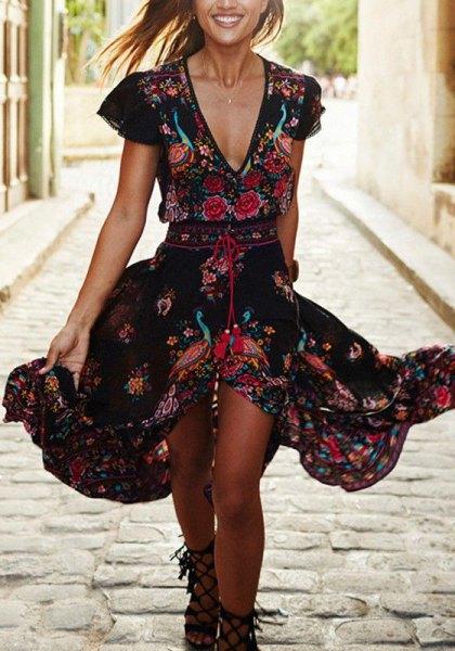svart midiklänning med blommiga volanger och djup V-ringning
