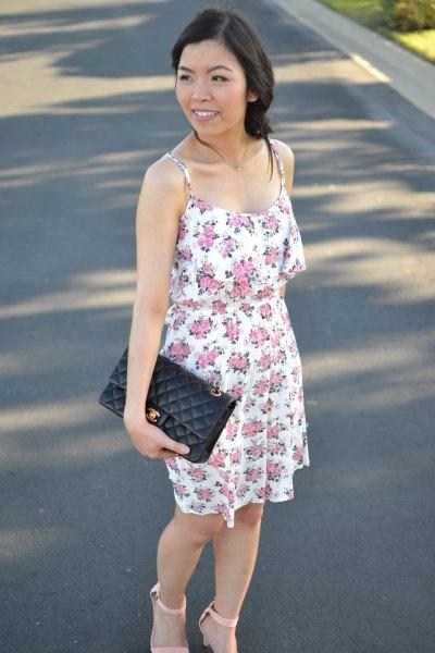 blommig mini-sommarklänning med svart läderkoppling