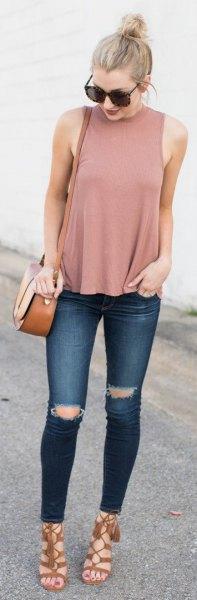 rodnande rosa linne med stand-up krage och mörkblå jeans