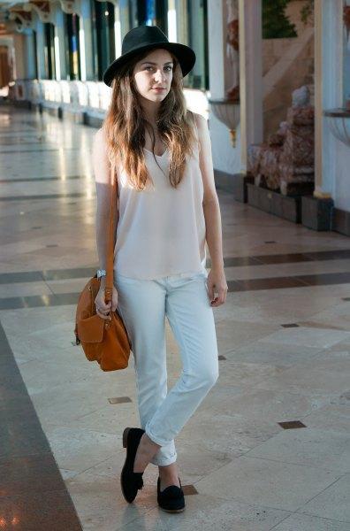 vit lång linne med V-ringning, matchande chinos och filthatt