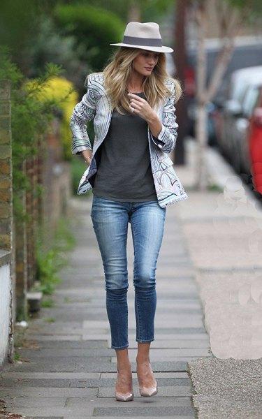 vit och svart tryckt läderjacka med grå linne och korta jeans