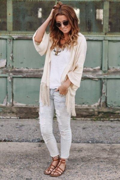 vit topp med elfenbenskappa med halva ärmar och ljusgrå jeans