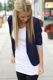 vit linne med mörkblå kavaj med halva ärmar