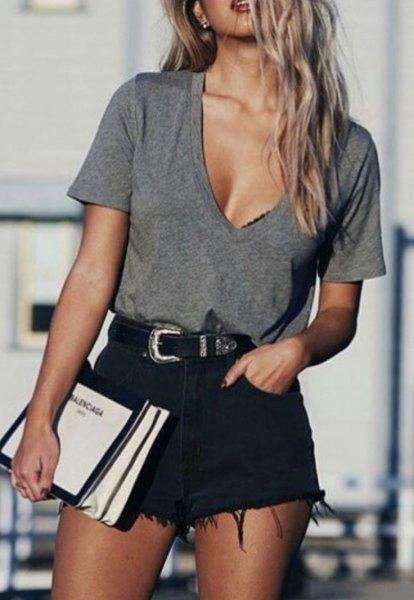 grå djup V-ringad t-shirt, svarta rippade shorts
