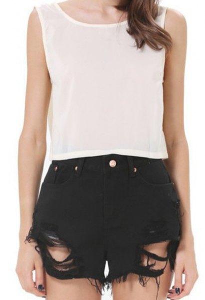 ärmlös topp i vit chiffong, svarta shorts med rippor