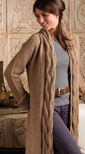 brun kabelstickad maxikofta med grå tröja och läderbälte