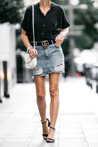 svart skjorta med knappar, minikjol i denim och svart bälte