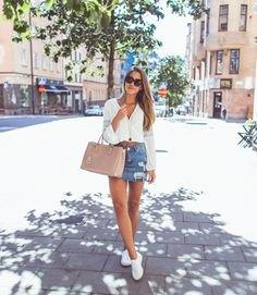 vit blus med V-ringning och ljusblå denim kjol