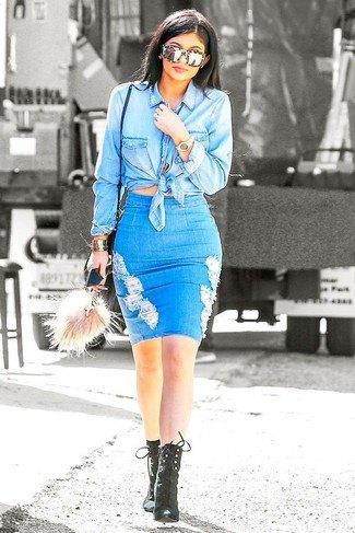 Ljusblå, knuten chambray-skjorta med en figur-kramande minirippad kjol