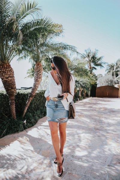 stor blus med V-ringning, minikjol och svarta sandaler