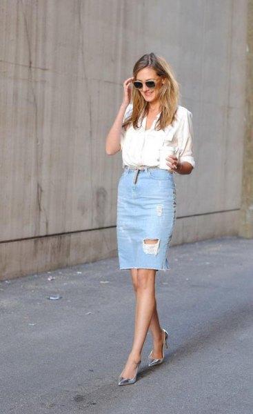 vit skjorta med knappar och en ljusblå rippad knälång denim kjol