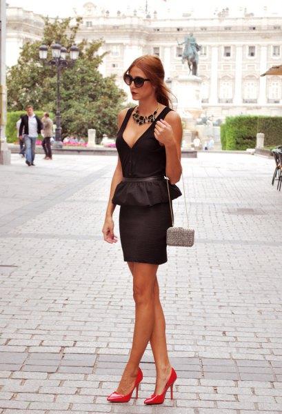 svart peplum med djup V-ringning och figurkramande miniklänning