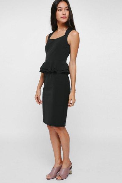 svart knälång klänning rosa klackar med öppna tå