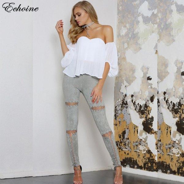 vit axelbandslös chiffongblus med grå skinny jeans