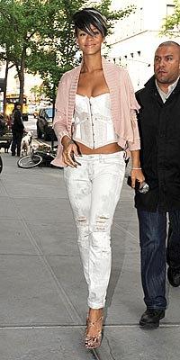grå stickad tröja med vit crop top och smala jeans