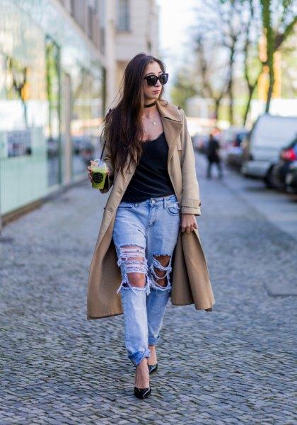 svart linne med scoop halsringning och ljusblå pojkvän jeans