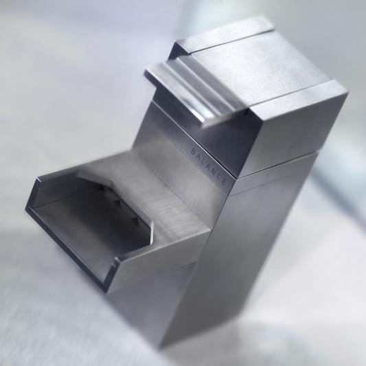 Samtida vattenkran med industriell design av balans.