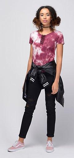 utrustad t-shirt med svarta skinny jeans med muddar och bomberjacka