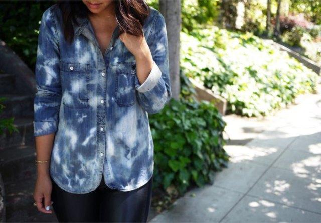 svartvitt tvättad jeansskjorta med knappar och läderjackor