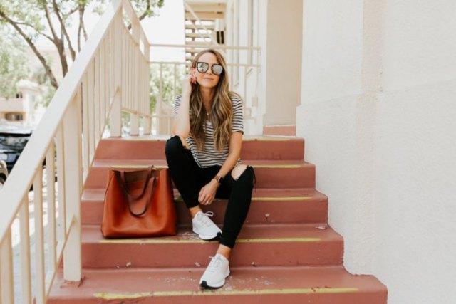 svartvit randig t-shirt med smala jeans och bekväma löparskor