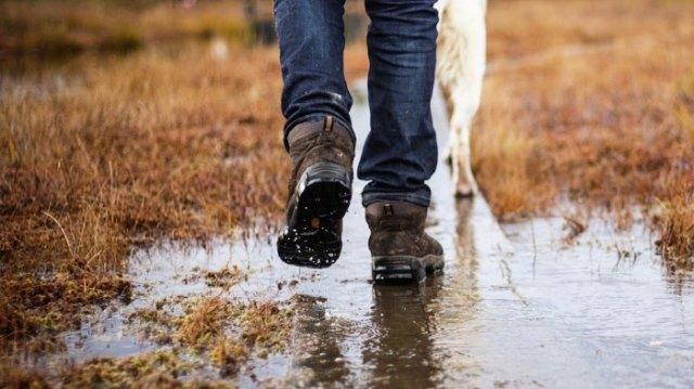 Mörkblå skinny jeans med svarta vattentäta, bekväma promenadskor
