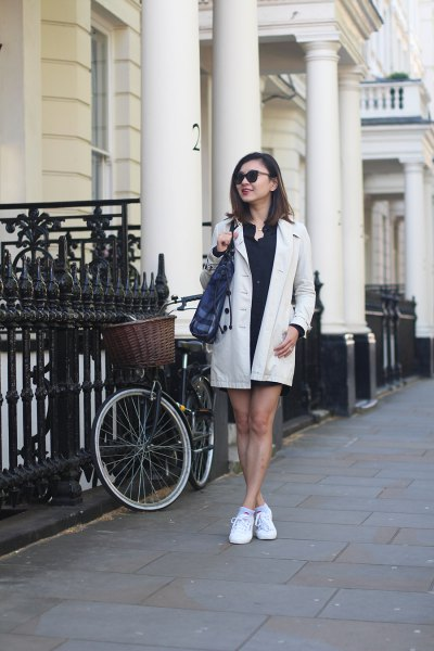vit longline-kavaj med svart miniklänning och sneakers