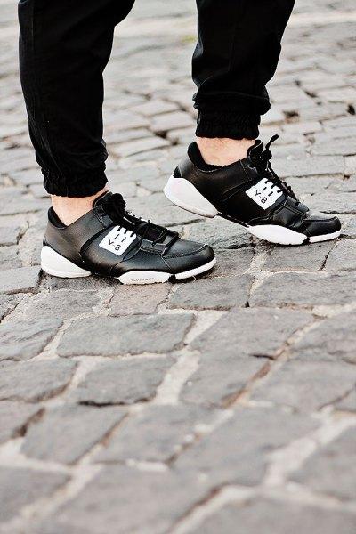 svarta joggbyxor med läderskor