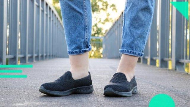 Ljusblå slim fit-jeans med manschetter och svarta, bekväma vandringsskor i duk