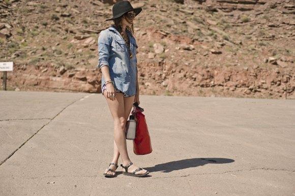 Chambray-skjorta med knappar, mini-jeansshorts och bekväma sandaler