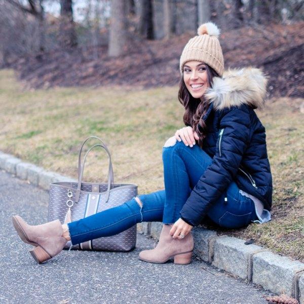 svart dunjacka med blå skinny jeans och crepe stickad hatt
