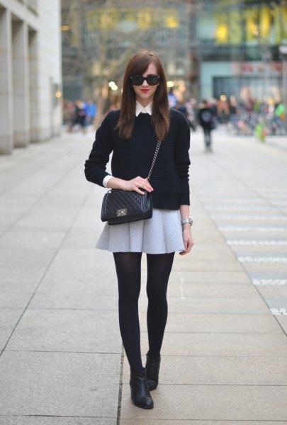 svart tröja med ljusgrå miniullskjol