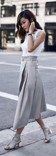 vit ärmlös blus med grå veckad kjol