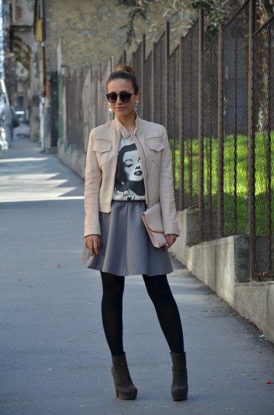 vit skinnjacka med grå minirater kjol
