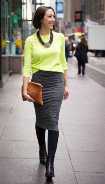 gul stickad tröja med grå midikjol