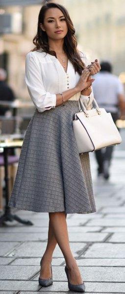 vit blus med V-ringning och grå, rutig midikjol