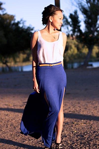 vit linne med gult bälte och blå, hög split kjol