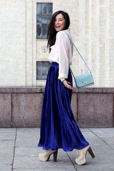 vit chiffongblus med blå maxi sammet kjol