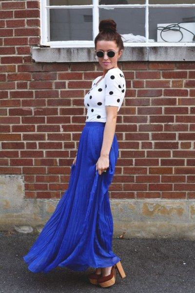 vit och svart figurkramande kortärmad topp med blå kjol