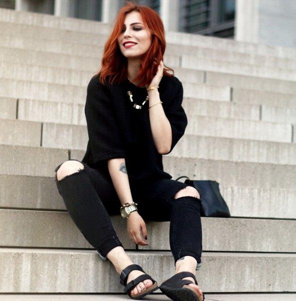 svart tröja med knästrimmade jeans och glidande sandaler