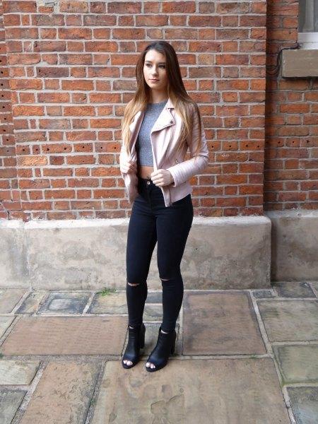 vit skinnjacka med grå, beskuren tröja och svarta jeans