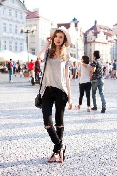 grå oversized t-shirt med svarta jeans och sandaler