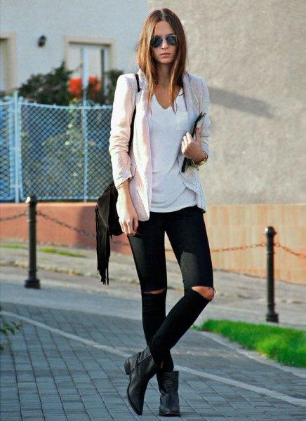 vit v-ringad t-shirt, elfenben svart och stövlar