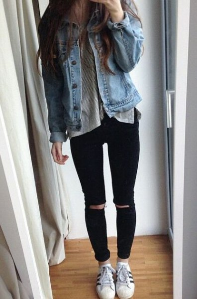 blå jeansjacka med grå t-shirt och rippade jeans