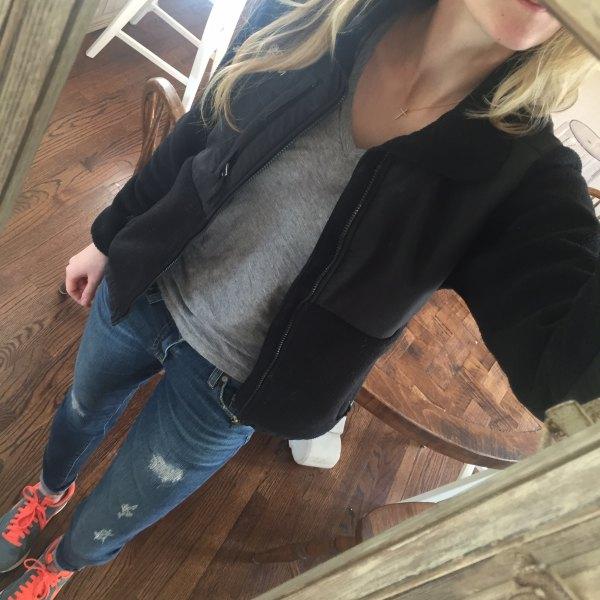 svart fleecejacka grå t-shirt jeans
