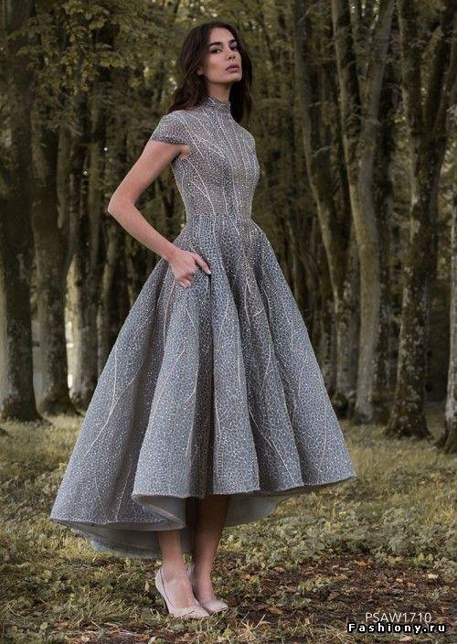 Hög klänning med låg spets och glittrande grå