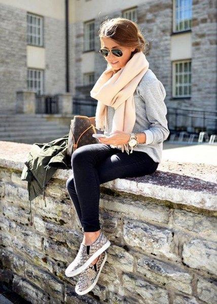 vit kashmir halsduk grå tröja svarta byxor