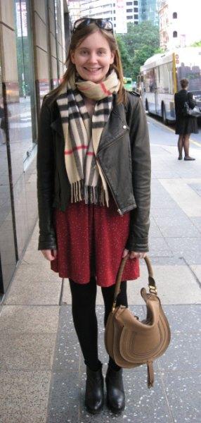 Crepe scarf grå läderjacka brun skiftklänning