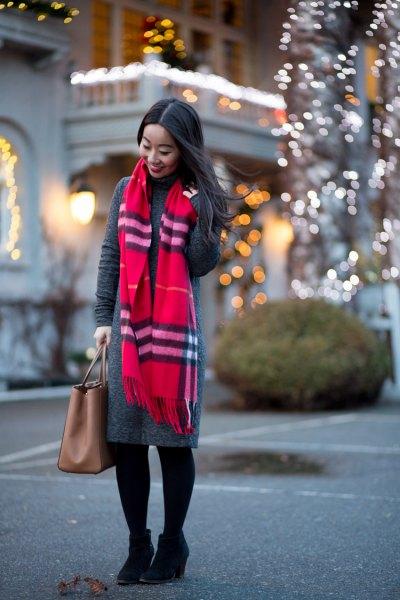 grå maxi tröja klänning röd halsduk