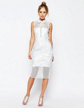 figur-kramande klänning gjord av vit krage